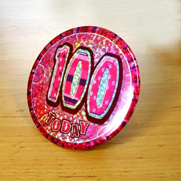 Zahl 100 Glitzer-Button, 15cm, in Pink mit Anstecknadel