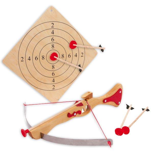 Armbrust mit Pfeilen und Zielscheibe