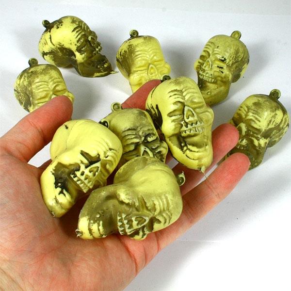 Totenköpfe Plastik, 9 Stück, 5 cm mit schaurigem Lachen, Gruseldeko