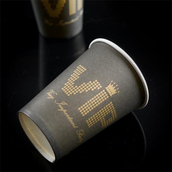 VIP Party-Becher, 200ml, 10er Pack, schwarz mit goldenem VIP-Aufdruck