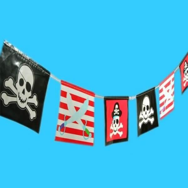 Piraten-Banner aus Folie mit Totenkopf-Motiven, 3,6 m, 1 Stück